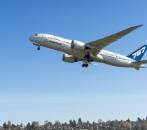 """Boeing przeprowadza pierwszy na świecie lot z wykorzystaniem paliwa """"green diesel"""" jako biopaliwa lotniczego"""