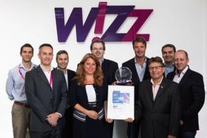 John Stephenson, Executive Vice President Wizz Air (trzeci z lewej strony) wraz z zespołem ds. operacyjnych